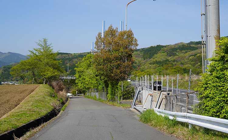 竹之下東名沿いの道